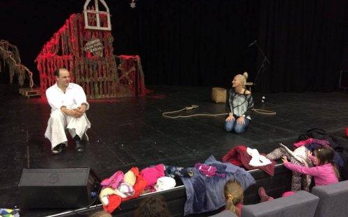 Gál Tamás színész, a Csavar Színház alapítója beszélget a kicsikkel.